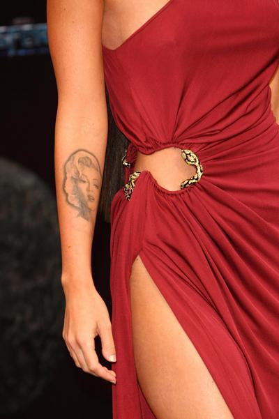Татуировку в виде якоря носят келли
